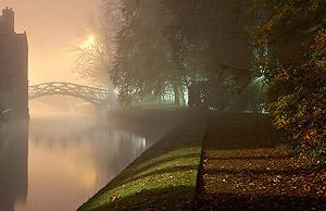 луч света из окна в тумане