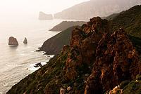 Скалы Сардинии в дымке